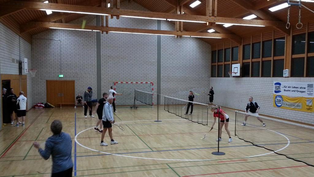 Die Begegnung fand aufgrund der Hallensanierung (nach zwischenzeitlicher Nutzung als Flüchtlingsunterkunft) nicht an gewohnter Stätte in Alsfeld, sondern in einer kleinen Schulsporthalle im Schwalmtaler Orteil Brauerschwend satt, wo die Badmintonspieler des BVA Asyl gefunden haben.