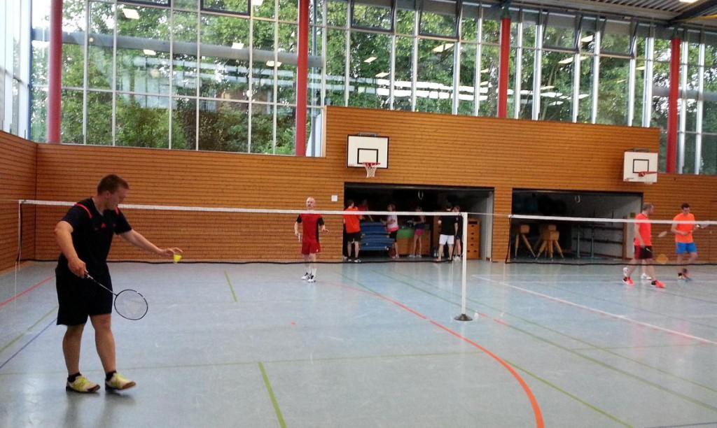 Florian Witzig (vorne) spielt sich mit Viktor Berg auf einem Einzelfeld ein.