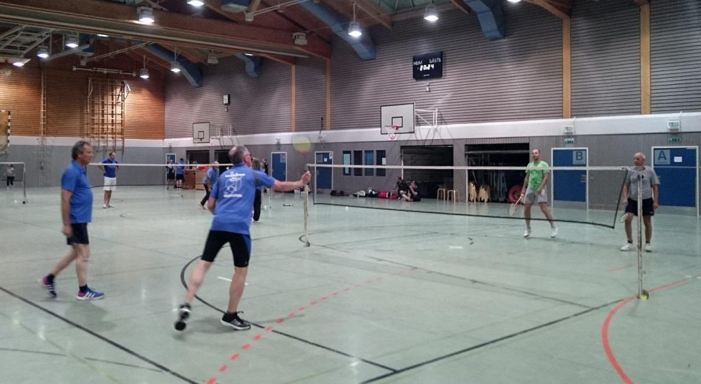 Die Grebenhainer Friedhelm Wahl (li.) u. Thomas Fölsing (vorne re.) bestritten gegen Alexander Schmidt und Bernd Becker (li.) das 3. Herrendoppel