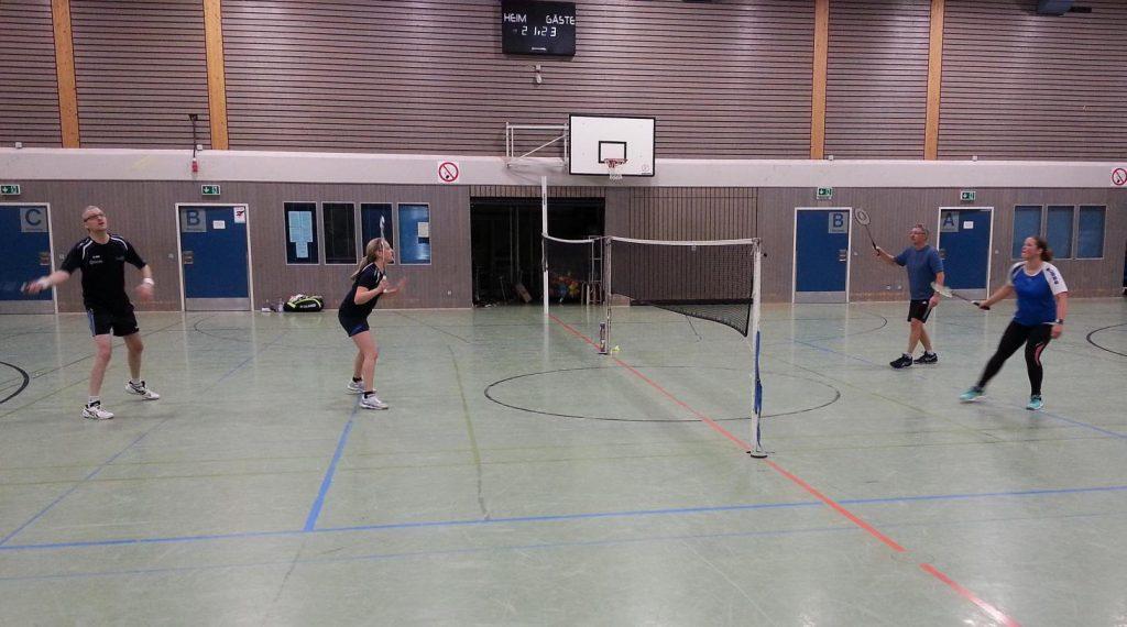 """Zum letzten Spiel des Abends, dem """"regulären"""" Mixed traten für Treysa Anika Bachmann und Dieter Ludolph (li.) und für den TV Homberg (Ohm) Susanne Vogel und Egbert Driesen an."""